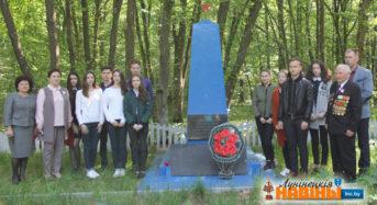 По местам боевой славы отправились школьники вместе с сенатором Ниной Дудорга