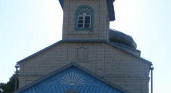 Верующие меняют облик православной церкви в деревне Мокрово.