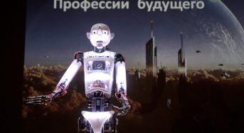 Робот провел открытый урок в «IT-лагере МТС»